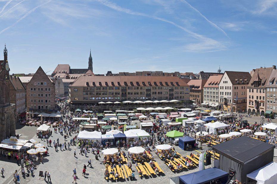 Die Bauernmarktmeile in Nürnberg uf dem Hauptmarkt mit zahlreichen Ständen und Bühne