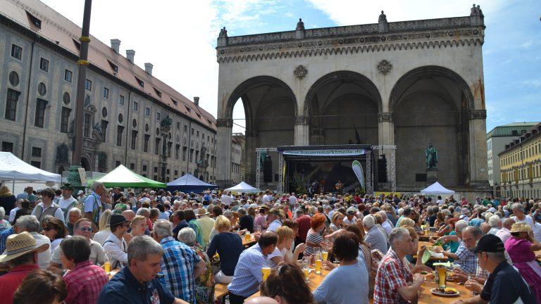 Großer Biergarten vor der Feldherrenhalle auf dem Odeonsplatz