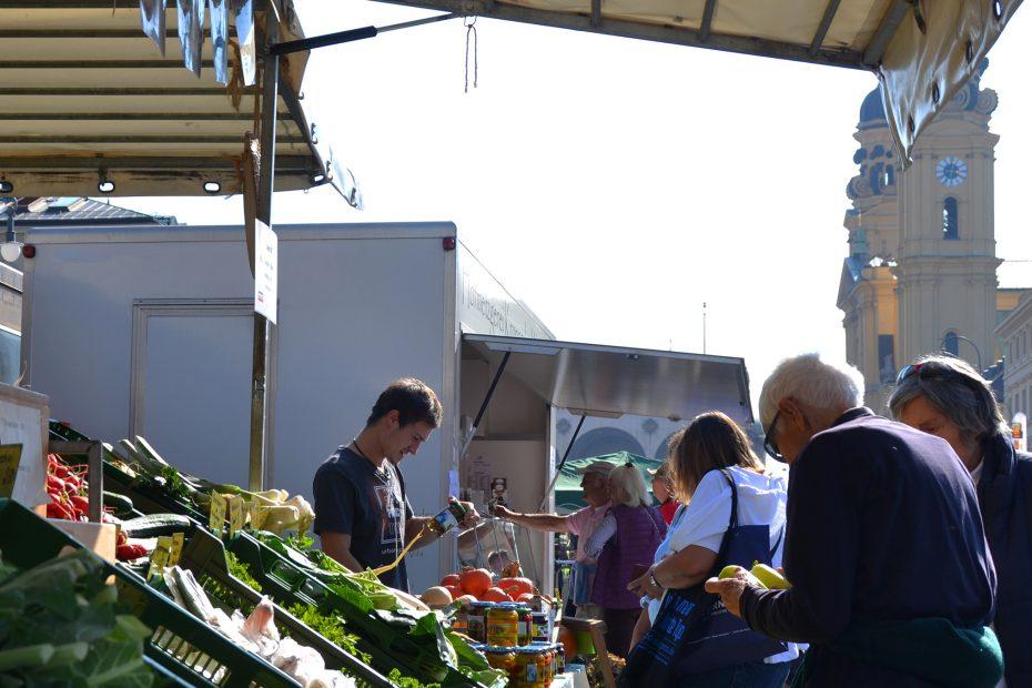 Marktstand auf der Luitpoldstraße mit den Türmen der Theatinerkirche dahinter